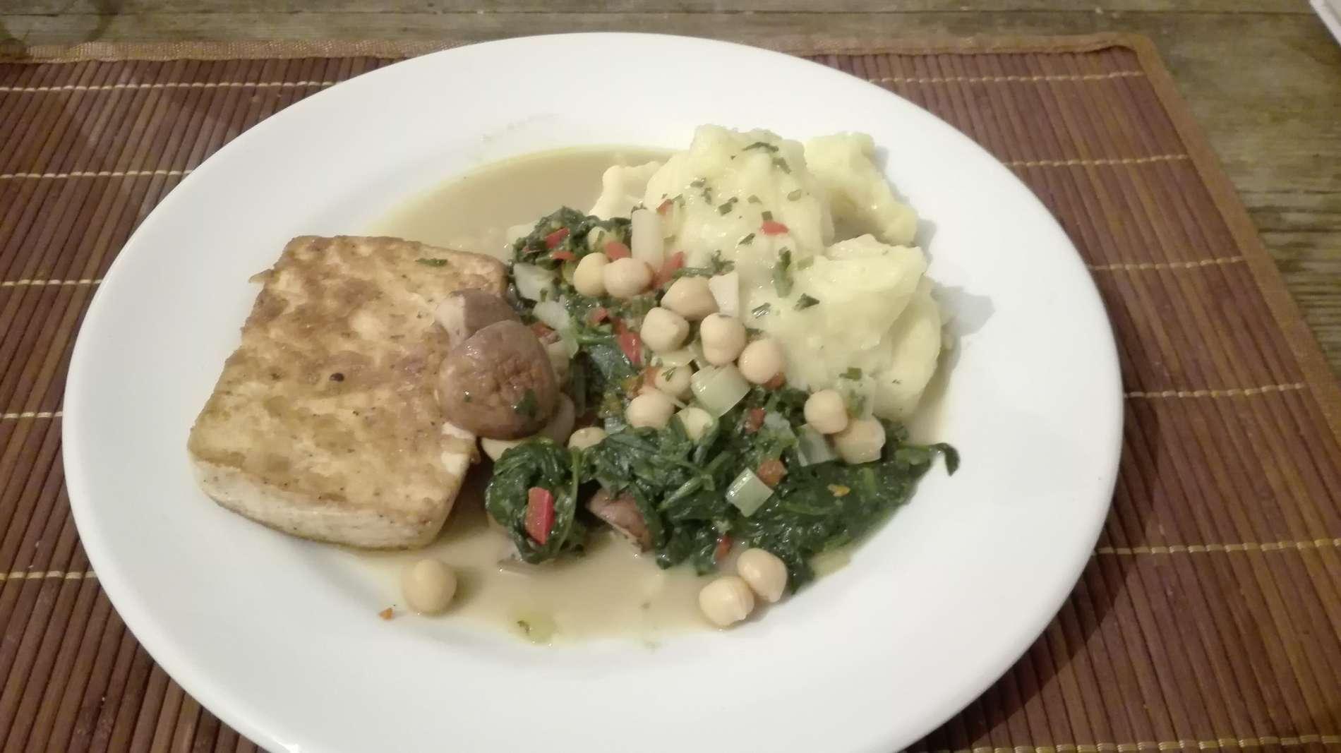 Tofusteak mit Püree und Gemüse